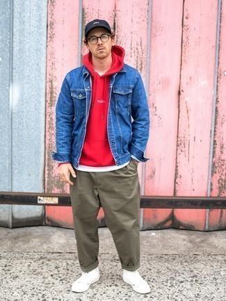 Olivgrüne Chinohose kombinieren – 500+ Herren Outfits: Kombinieren Sie eine blaue Jeansjacke mit einer olivgrünen Chinohose, um mühelos alles zu meistern, was auch immer der Tag bringen mag. Wenn Sie nicht durch und durch formal auftreten möchten, entscheiden Sie sich für weißen hohe Sneakers aus Segeltuch.