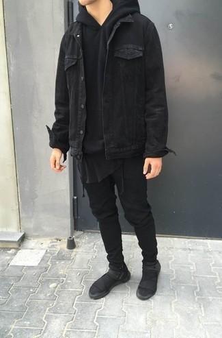 Schwarze Jeans kombinieren – 1200+ Herren Outfits: Kombinieren Sie eine schwarze Jeansjacke mit schwarzen Jeans für ein Alltagsoutfit, das Charakter und Persönlichkeit ausstrahlt. Schwarze Sportschuhe verleihen einem klassischen Look eine neue Dimension.