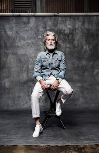 60 Jährige: Grauen Pullover mit einem Rundhalsausschnitt kombinieren: trends 2020: Vereinigen Sie einen grauen Pullover mit einem Rundhalsausschnitt mit einer weißen Anzughose für einen stilvollen, eleganten Look. Warum kombinieren Sie Ihr Outfit für einen legereren Auftritt nicht mal mit weißen Leder niedrigen Sneakers?