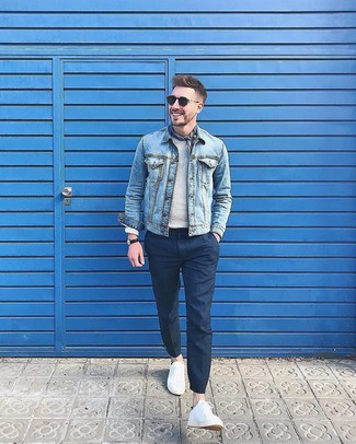 Wie kombinieren: hellblaue Jeansjacke, grauer Pullover mit einem Rundhalsausschnitt, dunkelblaue Anzughose, weiße niedrige Sneakers