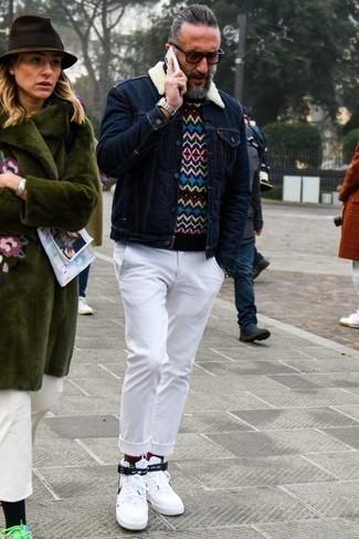Mehrfarbigen Pullover mit einem Rundhalsausschnitt kombinieren: trends 2020: Kombinieren Sie einen mehrfarbigen Pullover mit einem Rundhalsausschnitt mit einer weißen Chinohose für ein sonntägliches Mittagessen mit Freunden. Suchen Sie nach leichtem Schuhwerk? Wählen Sie weißen und schwarzen hohe Sneakers aus Segeltuch für den Tag.