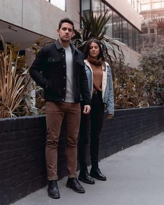 Smart-Casual Outfits Herren 2020: Vereinigen Sie eine schwarze Jeansjacke mit einer braunen Chinohose, um mühelos alles zu meistern, was auch immer der Tag bringen mag. Fügen Sie schwarzen Leder Brogues für ein unmittelbares Style-Upgrade zu Ihrem Look hinzu.