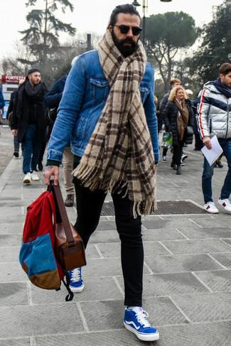 Dunkelgrünen Pullover mit einem Rundhalsausschnitt kombinieren – 154 Herren Outfits: Kombinieren Sie einen dunkelgrünen Pullover mit einem Rundhalsausschnitt mit einer schwarzen Chinohose, um mühelos alles zu meistern, was auch immer der Tag bringen mag. Wenn Sie nicht durch und durch formal auftreten möchten, wählen Sie blauen Segeltuch niedrige Sneakers.
