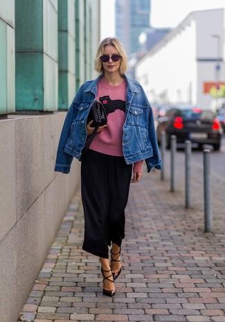 Wie kombinieren: blaue Jeansjacke, rosa bedruckter Pullover mit einem Rundhalsausschnitt, schwarzer Hosenrock, dunkelbraune Leder Pumps