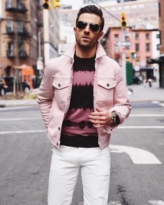 Wie kombinieren: rosa Jeansjacke, rosa und schwarzer Mit Batikmuster Pullover mit einem Rundhalsausschnitt, weiße Jeans, schwarze Sonnenbrille