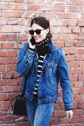 Wie kombinieren: blaue Jeansjacke, schwarzer und weißer horizontal gestreifter Pullover mit einem Rundhalsausschnitt, blaue Jeans, schwarze Wildleder Beuteltasche