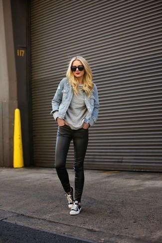 30 Jährige: Grauen Pullover mit einem Rundhalsausschnitt kombinieren – 18 Lässige Frühling Damen Outfits: Ein grauer Pullover mit einem Rundhalsausschnitt und schwarze Lederleggings sind absolut Alltags-Basics und können mit einer Vielzahl von Stücken gepaart werden, um einen zeitgenössischen Casual-Look zu erzielen. Schwarze und weiße niedrige Sneakers sind eine kluge Wahl, um dieses Outfit zu vervollständigen. Dieses Outfit ist super für die Übergangszeit geeignet.