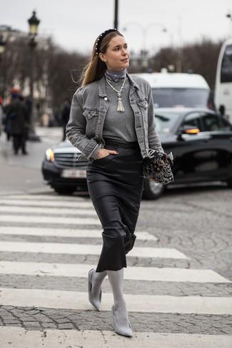 Halten Sie Ihr Outfit locker mit einer grauen jeansjacke und einem schwarzen samt haarband. Vervollständigen Sie Ihr Outfit mit grauen segeltuch pumps, um Ihr Modebewusstsein zu zeigen.