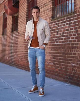 Wie kombinieren: hellbeige Jeansjacke, rotbrauner Pullover mit einem Rundhalsausschnitt, weißes T-Shirt mit einem Rundhalsausschnitt, hellblaue Jeans