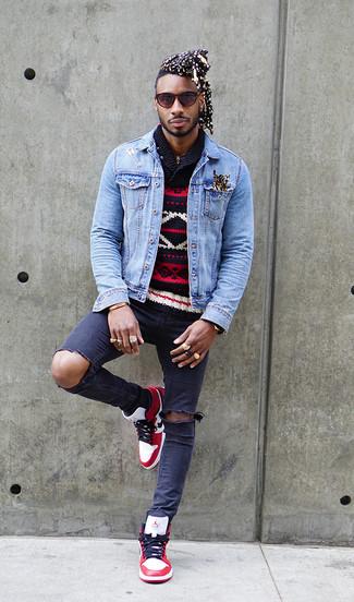 Wie kombinieren: hellblaue Jeansjacke, dunkelblauer Pullover mit einem Schalkragen mit Fair Isle-Muster, dunkelblaue enge Jeans mit Destroyed-Effekten, weiße und rote hohe Sneakers aus Leder