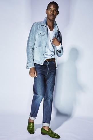 Wie kombinieren: hellblaue Jeansjacke, hellblauer Pullover mit einem V-Ausschnitt, weißes T-Shirt mit einem V-Ausschnitt, dunkelblaue Jeans