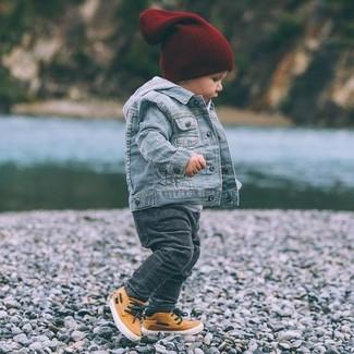 Wie kombinieren: hellblaue Jeansjacke, grauer Pullover mit einer Kapuze, dunkelgraue Jeans, orange Turnschuhe