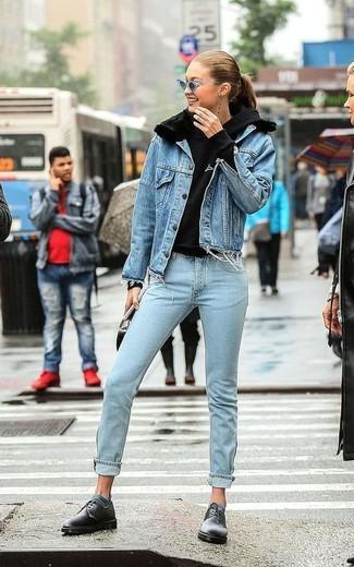 Wie kombinieren: blaue Jeansjacke, schwarzer Pullover mit einer Kapuze, hellblaue Jeans, schwarze Leder Derby Schuhe