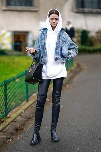 Wie kombinieren: blaue Jeansjacke, weißer Pullover mit einer Kapuze, schwarze Lederleggings, schwarze Overknee Stiefel aus Leder