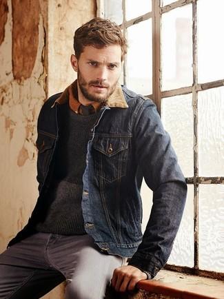 Jamie Dornan trägt Dunkelblaue Jeansjacke, Dunkelgrauer Pullover mit Rundhalsausschnitt, Rotbraunes Langarmhemd, Graue Jeans