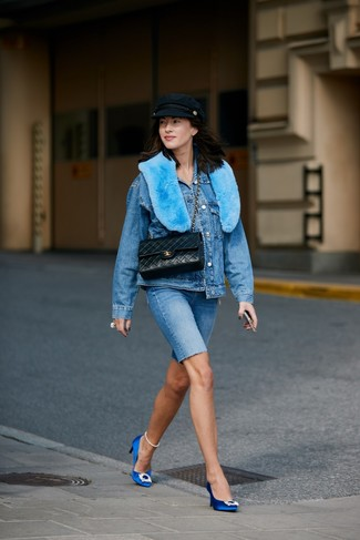 Wie kombinieren: blaue Jeansjacke, blaue Radlerhose aus Jeans, blaue verzierte Satin Pumps, schwarze gesteppte Satchel-Tasche aus Leder