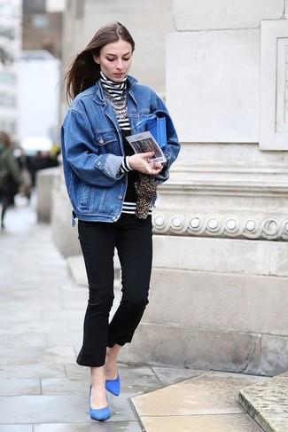 Wie kombinieren: blaue Jeansjacke, weißer und schwarzer horizontal gestreifter Rollkragenpullover, schwarze Caprihose, blaue Wildleder Pumps