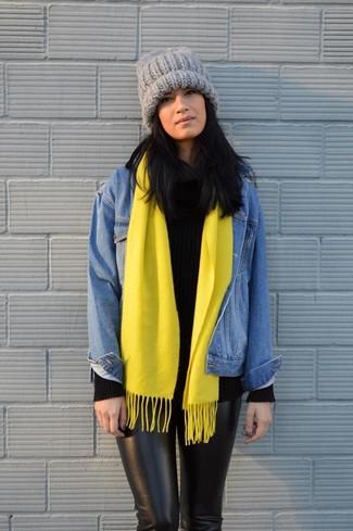 Wie kombinieren: blaue Jeansjacke, schwarzer Strick Rollkragenpullover, schwarze enge Hose, graue Strick Mütze