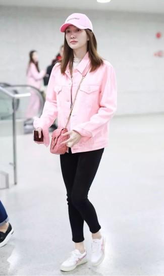 Wie kombinieren: rosa Jeansjacke, hellbeige Rollkragenpullover, schwarze enge Jeans, weiße Leder niedrige Sneakers