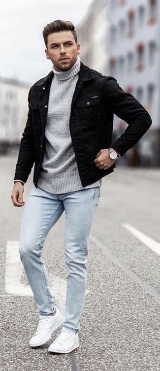 Wie kombinieren: schwarze Jeansjacke, grauer Rollkragenpullover, hellblaue enge Jeans, weiße Leder niedrige Sneakers