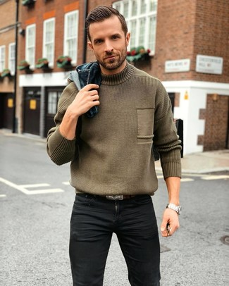 Wie kombinieren: dunkelblaue Jeansjacke, olivgrüner Strick Rollkragenpullover, schwarze enge Jeans, dunkelbrauner Ledergürtel