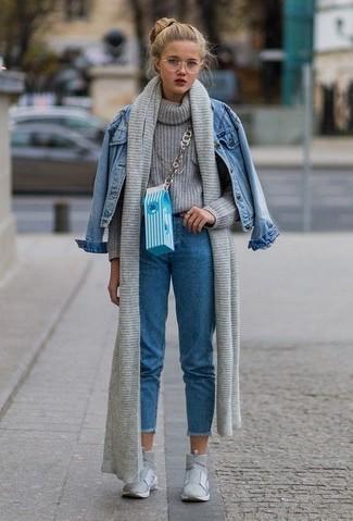 Wie kombinieren: blaue Jeansjacke, grauer Strick Rollkragenpullover, blaue Jeans, graue hohe Sneakers