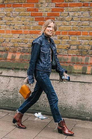 Wie kombinieren: dunkelblaue Jeansjacke, hellbeige Rollkragenpullover, dunkelblaue Jeans, dunkelrote Cowboystiefel aus Leder