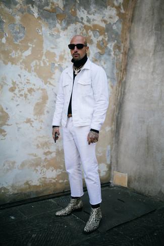 Weiße Jeansjacke kombinieren – 79 Herren Outfits: Kombinieren Sie eine weiße Jeansjacke mit weißen Jeans, um mühelos alles zu meistern, was auch immer der Tag bringen mag. Hellbeige Chelsea Boots aus Leder mit Schlangenmuster sind eine einfache Möglichkeit, Ihren Look aufzuwerten.