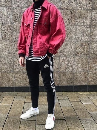 20 Jährige: Outfits Herren 2020: Kombinieren Sie eine fuchsia Jeansjacke mit einer schwarzen Jogginghose für ein Alltagsoutfit, das Charakter und Persönlichkeit ausstrahlt. Dieses Outfit passt hervorragend zusammen mit weißen bedruckten Segeltuch niedrigen Sneakers.