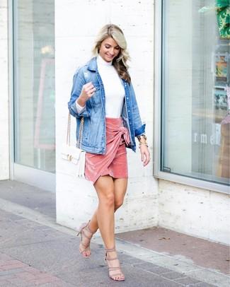 Wie kombinieren: blaue Jeansjacke, weißer Rollkragenpullover, rosa Samt Minirock, hellbeige Wildleder Sandaletten