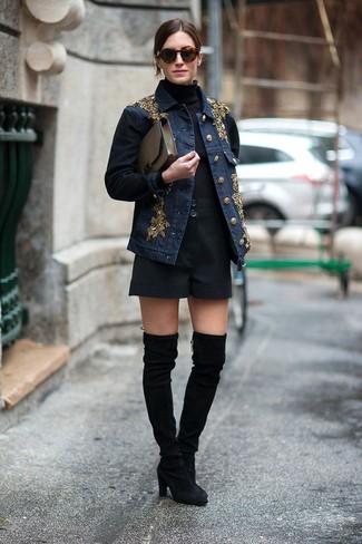 Wie kombinieren: dunkelblaue verzierte Jeansjacke, schwarzer Rollkragenpullover, schwarze Shorts, schwarze Overknee Stiefel aus Wildleder