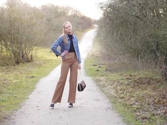 Wie kombinieren: blaue Jeansjacke, schwarzer Rollkragenpullover, beige weite Hose, dunkelblaue Wildleder Slipper