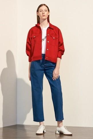 Wie kombinieren: rote Jeansjacke, weißes und schwarzes bedrucktes T-Shirt mit einem Rundhalsausschnitt, blaue weite Hose aus Jeans, weiße Leder Oxford Schuhe