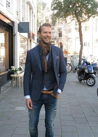 Dunkelbraunen bedruckten Schal kombinieren: trends 2020: Eine dunkelblaue Jeansjacke und ein dunkelbrauner bedruckter Schal sind das Outfit Ihrer Wahl für faule Tage.
