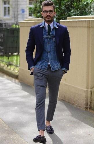 Wie kombinieren: blaue Jeansjacke, dunkelblaues Sakko, weißes Businesshemd, dunkelgraue Wollanzughose