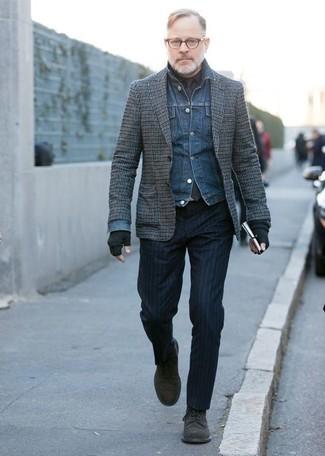 Wie kombinieren: blaue Jeansjacke, graues Wollsakko mit Karomuster, schwarzes Businesshemd, dunkelblaue vertikal gestreifte Anzughose