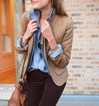 Beige Sakko kombinieren – 136 Damen Outfits: Ein beige Sakko und dunkellila enge Jeans aus Cord sind super geeignet, um einen entspannten Look zu kreieren.