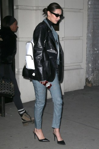 Wie kombinieren: blaue Jeansjacke, schwarzes Ledersakko, schwarzer Rollkragenpullover, blaue Jeans
