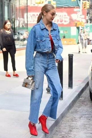 Wie kombinieren: blaue Jeansjacke, rotes schulterfreies Oberteil, blaue Schlagjeans, rote Leder Stiefeletten