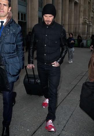 David Beckham trägt Schwarze Leder Jeansjacke, Schwarze Jeans, Rote Sportschuhe, Schwarze Mütze