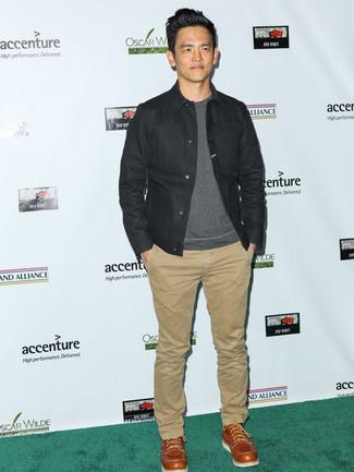Wie kombinieren: schwarze Jeansjacke, graues Sweatshirt, hellbeige Chinohose, rotbraune Lederfreizeitstiefel