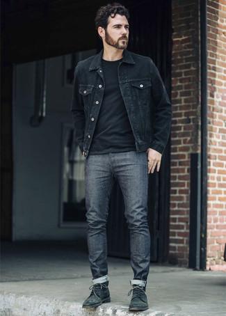 Wie kombinieren: schwarze Jeansjacke, schwarzes T-Shirt mit einem Rundhalsausschnitt, dunkelgraue Jeans, dunkelgrüne Lederfreizeitstiefel
