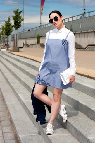 Die Vielseitigkeit von einem hellblauen schwingendem kleid und einer dunkelblauen jeansjacke machen sie zu einer lohnenswerten Investition. Dieses Outfit passt hervorragend zusammen mit weißen niedrigen sneakers.