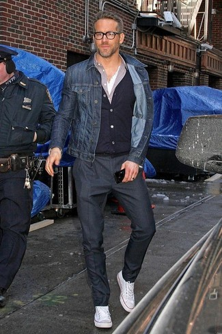 Wie kombinieren: dunkelblaue Jeansjacke, schwarze Strickjacke, hellviolettes Langarmhemd, weißes T-shirt mit einer Knopfleiste