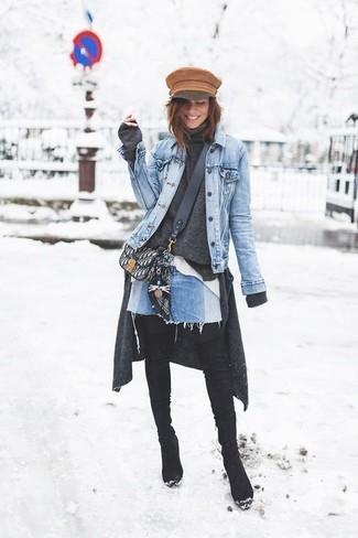 Wie kombinieren: hellblaue Jeansjacke, dunkelgraue Strickjacke, dunkelgrauer Rollkragenpullover, weißes Businesshemd