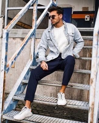 Weiße Segeltuch niedrige Sneakers kombinieren: trends 2020: Paaren Sie eine hellblaue Jeansjacke mit einer dunkelblauen vertikal gestreiften Chinohose, um einen lockeren, aber dennoch stylischen Look zu erhalten. Weiße Segeltuch niedrige Sneakers sind eine gute Wahl, um dieses Outfit zu vervollständigen.