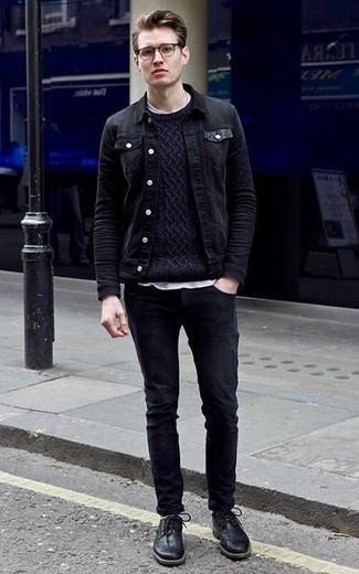 Dunkelblauen Strickpullover kombinieren: trends 2020: Kombinieren Sie einen dunkelblauen Strickpullover mit schwarzen Jeans, um einen lockeren, aber dennoch stylischen Look zu erhalten. Fühlen Sie sich mutig? Komplettieren Sie Ihr Outfit mit schwarzen Leder Brogues.