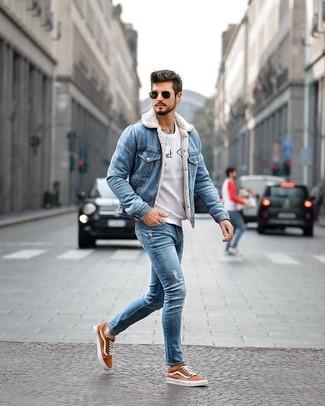 Wie kombinieren: blaue Jeansjacke, graues bedrucktes Sweatshirt, blaue enge Jeans mit Destroyed-Effekten, rotbraune Segeltuch niedrige Sneakers