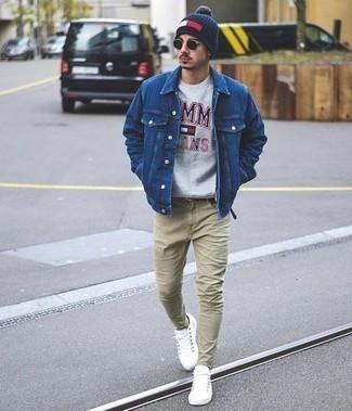 Weiße niedrige Sneakers kombinieren: trends 2020: Kombinieren Sie eine blaue Jeansjacke mit hellbeige Jeans für ein Alltagsoutfit, das Charakter und Persönlichkeit ausstrahlt. Dieses Outfit passt hervorragend zusammen mit weißen niedrigen Sneakers.