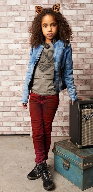 Wie kombinieren: blaue Jeansjacke, graues bedrucktes T-shirt, dunkelrote Jeans, schwarze Turnschuhe